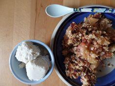 Rhabarber-Apfel-Erdbeer-Pie mit homemade zuckerfreiem Vanille-Eis