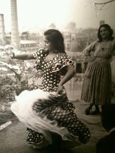 Romany girl dancing in Spain, 1959 Gypsy Life, Gypsy Soul, Boho Gypsy, Gypsy Culture, People Dancing, Girl Dancing, Vintage Gypsy, Dance Movement, Dance Art