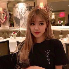 `♧° Blackpink Rosé Park Chaeyoung on We Heart It Kim Jennie, Pelo Sims, Rose Bonbon, 1 Rose, Rose Icon, Kim Jisoo, Rose Park, Black Pink Kpop, Blackpink Photos
