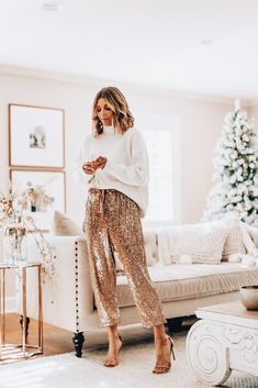 Party Style // sequin pants and cozy sweaterHoliday Party Style // sequin pants and cozy sweater holiday party outfit // glitter pants and white sweater Meghan Markle - tricot-gola-alta-turtleneck-calca - turtleneck - inverno - evento Holiday Fashion, Party Fashion, Look Fashion, Fashion Outfits, Holiday Style, Fashion Ideas, Holiday Looks, Fashion Trends, Womens Fashion