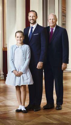 <p>ARVEREKKEN: Prinsesse Ingrid Alexandra, kronprins Haakon og kong Harald. Bildet er et av flere offisielle bilder utgitt i forbindelse med kongeparets 25-årsjubileum. Dette bildet ble lagt ut i går.<br/></p>