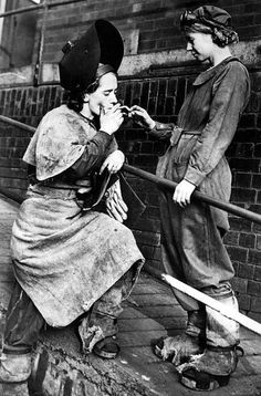 British women working during wartime, November ~Via Peer Into The Past: History Women In History, British History, World History, Vintage Pictures, Old Pictures, Retro Images, Photos Du, Old Photos, Le Far West