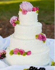 Verse bloemen op de bruidstaart