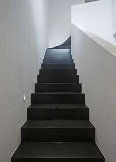 L model trap in beuken 2de keus zwart gelakt. Trappenlauwers