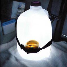 ceinturer une lampe de poche contre une grosse bouteille pleine d'eau et voilà une lampe  pour le camping !
