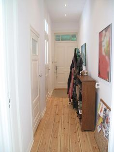 gemütlichstes wohnzimmer mit dielenboden, couch und decken im ... - Gemutliches Zuhause Dielenboden