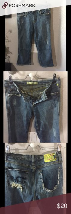 "Vigoss Crop Jeans Size 5/6 Good pre-loved condition. 55% ramie, 22% rayon, 21% cotton, 2% spandex Waist - 30"" Length - 20.5"" Vigoss Jeans Ankle & Cropped"