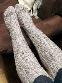 Koska valitsemani Viking Ville osoittautui edellisissä pitsipolvisukissa auttamattoman kehnoksi kestämään. Ja vaikka minulla on kyseisen l... Cable Knit Socks, Wool Socks, Knitting Socks, Hand Knitting, Knitting Patterns, Diy Crochet And Knitting, Crochet Slippers, Yarn Colors, Bujo