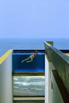 piscina com parede transparente