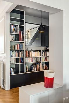 Création d'un ensemble bibliothèque sur mesure pour ce bel appartement parisien Decoration, Bookcase, Corner, Shelves, Inspiration, House, Home Decor, Diy Ideas For Home, Book Cabinet