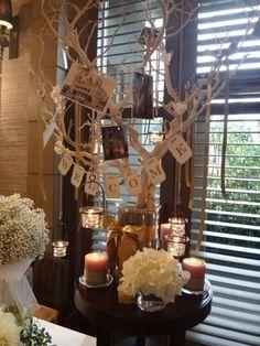 ツリーに写真やガーランドを飾り付ければ、ボリュームもあってお洒落なウェルカムスペースの完成。キャンドルをテーブルに並べれば、より雰囲気が出ますよ♡