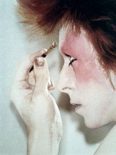 David Bowie applying makeup in the Ziggy Stardust days. Glam Rock, Bowie Ziggy Stardust, David Bowie Ziggy, David Jones, Rock N Roll, Ziggy Played Guitar, Moonage Daydream, Muse, The Thin White Duke