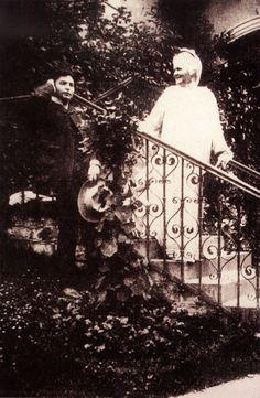 """Regina Elisabeta, Carmen Sylva, şi George Eenscu. """"Regina m-a adoptat sufleteşte, când s-a înapoiat din Germania, în 1898, după o îndelungă absenţă"""" spunea el. Lunga absenţă a fost exilul care a urmat """"afacerii Elena Văcărescu""""."""