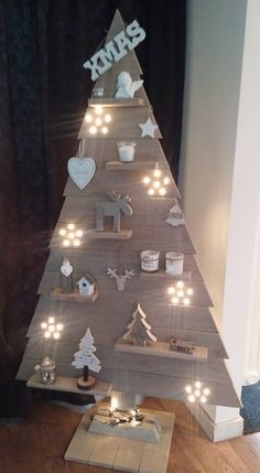 ideas wooden christmas tree diy decor for 2019 Artificial fir tree as Christmas decoration? A synthetic Christmas Tree or a real one? Lovers of art Wooden Christmas Tree Decorations, Creative Christmas Trees, Pallet Christmas Tree, Christmas Wood Crafts, Christmas Tree Themes, Rustic Christmas, Christmas Tree Ornaments, Wooden Xmas Trees, Christmas Ideas