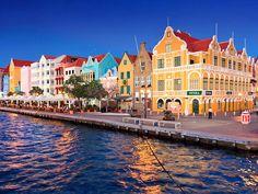 #CuriosidadeDoDia: Falando em lugares coloridos, já ouviu falar da história da ilha de #Curaçao? Existe a lenda de que, por todas as construções serem pintadas de branco e refletirem muito sob a luz do sol, o seu antigo governador sentia fortes dores de cabeça e, por isso, solicitou que todas as residências fossem pintadas de outras cores - que não fosse branca. Interessante, né? Sendo verdade ou não, #Willemstad ficou incrível com todas essas cores e seu ar europeu! Lá você encontra ótimos…