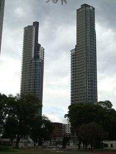 Las Torres Mulieris son 2 torres de 44 pisos y 161.4m cada una y están ubicadas en el barrio de Puerto Madero en Buenos Aires.