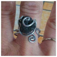 Una piccola pietra lavica  regalata da un'amica speciale. L'ho incastonata in una montatura di filo di acciaio con motivo a spirale.