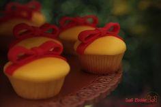 Snow White party - Cupcakes de baunilha e recheio de doce de leite para uma festa de Branca de Neve! Lindo!! Mamães, conheçam essa linda festa no tema Branca de Neve! Foto: Sueli Zischler. Doces: Clarice Doces. Acesse mais fotos aqui: http://mamaepratica.com.br/2014/09/12/festa-branca-de-neve-ideias-para-tornar-sua-festa-encantadora/