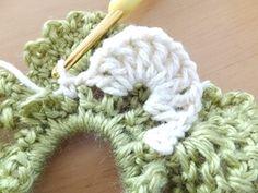 裏側で作ったように、 長編み1目→鎖1目 を、9回繰り返します。 山と山の間は 鎖1目→鎖3目部分に細編み→鎖1目 をしていきます。 Dream Catcher Boho, Merino Wool Blanket, Scrunchies, Lana, Hair Clips, Handmade, Crafts, Crochet Hair Bows, Crochet Stitches