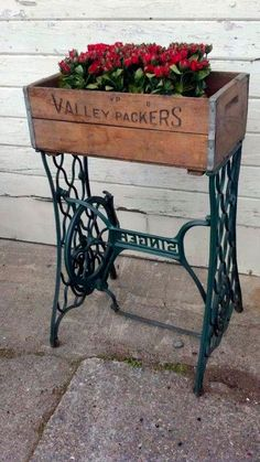 Alte Möbel neu gestalten die alte Nähmaschine als Vintage Möbel Sewing Machine Tables, Treadle Sewing Machines, Antique Sewing Machines, Sewing Tables, Repurposed Furniture, Vintage Furniture, Diy Furniture, Repurposed Items, Street Furniture