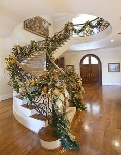 Stairs Decoration Christmas Entryway Ideas For 2019 Christmas Stairs Decorations, Christmas Entryway, Elegant Christmas Decor, Gold Christmas, Christmas Home, Christmas Wreaths, Holiday Decor, Christmas Morning, Family Holiday