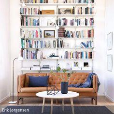 Betritt man dieses elegante Wohnzimmer, fällt einem das hohe weiße Bücherregal direkt ins Auge. Der schlichte Couchtisch ergänzt sich perfekt mit der …