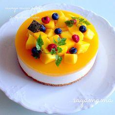夏に作った物を今更投稿。笑 すみません(¯―¯٥) これはグラハムクッキーの土台の上にマスカルポーネ入りのレアチーズ、マンゴージュースのゼリーを♪ 滑らかでさっぱりマンゴーと相性最高でした♡ 実は私マンゴーってちゃんと食べたのこれが初めてで…笑 昔、美味しくないマンゴープリンを食べてからマンゴーを受けつけなくなったけど。。美味しい!好きになりました٩(ˊᗜˋ*)و 来年またマンゴースイーツ作りたいな♪w - 253件のもぐもぐ - 夏に作った…笑 マンゴーのレアチーズケーキ by 38kami