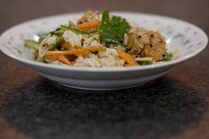 Deze lauwe salade met stukjes kip is de ideale lichte lunch. De groenten blijven puur natuur en de kip krijgt een milde Oosterse smaak met dank aan de marinade. Bovendien verandert die aromatische marinade in een smakelijk saus die de stukjes kip en de fijne groenten alle eer aandoet. Simpel, mager en vooral smakelijk. Good Healthy Recipes, Healthy Food, Vinaigrette, Lunches, Food Inspiration, Bbq, Rice, Chicken, Foodies