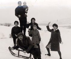 """""""Mis abuelos maternos (de Navalvillar de Pela, Badajoz), Gabriel e Isabel con mi tío Juan, la hermana de mi abuela y su marido, y sus respectivas sobrinas. La imagen está tomada sobre la nieve, en una zona cercana al lago Markelfingen (Alemania) hacia 1962. Algunas bolas de nieve listas para lanzar, y el típico trineo""""."""
