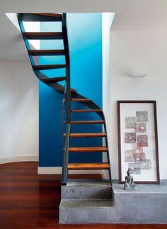 devant un mur bleu