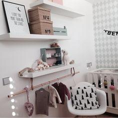 Une branche comme penderie pour décorer la chambre de bébé