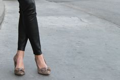 Stilettos en piel de ante color Taupe con lazada en pedrería