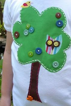 running stitch around tree-love it Sewing Appliques, Applique Patterns, Embroidery Applique, Cute Cushions, Altering Clothes, Running Stitch, Sewing Toys, Cute Tshirts, Toddler Dress