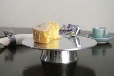 Prato para bolo com pé, em alumínio fundido e detalhe de passarinho na borda. O prato para bolo com pé é uma excelente opção para dar destaque aos bolos e doces à mesa. Aquele chá com as amigas ou a família vai ficar mais charmoso. <br> <br> _-_-_-_-_-_ <br>É sua primeira compra na Loja? Então o frete é por nossa conta. <br>Promoção para novos cadastros. Aproveite é por tempo limitado. Promoção válida apenas por PAC. Faça seu cadastro, escolha a forma de pagamento, nós pagamos o frete.