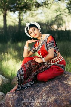 Specializing in Bharatanatyam, Odissi, Bollywood, Kathak, and portrait photography. Folk Dance, Dance Music, Dance Art, Indian Classical Dance, Dance Paintings, Indian Textiles, Dance Poses, Girl Dancing, Indian Beauty Saree