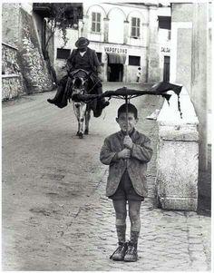 Un bambino sorridente felice con il suo ombrello rotto ...nonostante il periodo ...