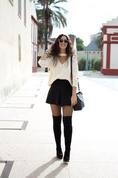 Escote con diseño - Temporada: Otoño-Invierno - Descripción: Look con suéter, falda de pliegues y medias de rejilla con botas mosqueteras