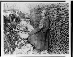 """TRENCH COAT: Quando se introduz a guerra de trincheira, o trench-coat foi a melhor resposta às novas necessidades. Funcionou como uma alternativa aos pesados casacos usados até então, que providenciava proteção contra o vento e a chuva e uma maior facilidade de movimentos. Por isso mesmo, o seu nome deriva de """"trincheira""""."""