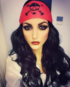 Smokey Eyes Make-up für die Damen, die sich als Pirat schminken wollen