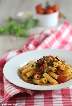Pasta alla contadina un primo piatto tipico della stagione estiva, bello colorato e saporito, un quadro d'autore, da provare anche la versione light