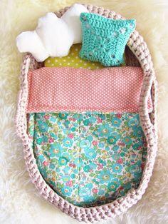 Capazo para regalar a tu niña para llevar su muñeca. Buen regalo para Navidad. Enlace aqui http://lesbricolesdesandrine.blogspot.fr/2013/02/tutoriel-couffin-au-crochet-en-trapilho.html