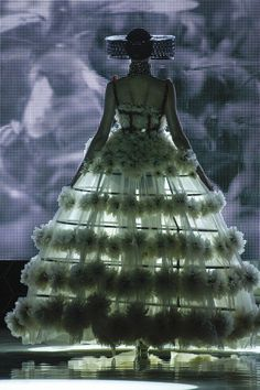 Alexander McQueen Spring 2013 Ready-to-Wear Collection - Vogue Vogue, Fashion Art, Fashion Show, Fashion Design, Couture Fashion, Paris Fashion, Runway Fashion, Savage, High Fashion Dresses