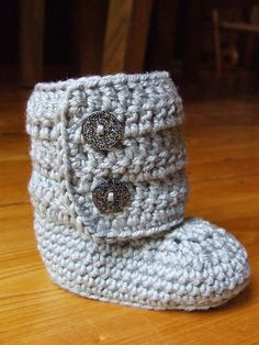 Awwww, too cute! I wish I knew someone who was having a baby girl! Ugg boots give them to me now and I mean now because if my friends saw me wearing them they would freak out. All my friends love bows and what a perfect way to ugg-onsale. Crochet Baby Booties, Knit Crochet, Knitting Projects, Crochet Projects, Baby Uggs, Couture, Baby Knitting, Crochet Patterns, Knitting Patterns