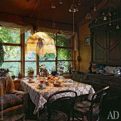 Столовая появилась в доме совсем недавно. Под потолком — коллекция колокольчиков. Звон самого большогоиз них созывает гостей за стол.