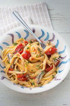 Pasta con pomodorini e alici: fresco, sfizioso e profuma di mare. Buon appetito!  [Pasta with cherry tomato and anchovies]