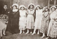 """Adile Naşit'in babası Naşit Özcan, Şamram, Küçük Virjin, Mari, Aventia, Amelya, Bardbesyan Virjin'li kadrosuyla """"dondurmacı"""" oyununda."""