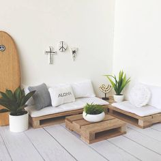 28 DIY Outdoor Furniture Projects to get Ready for Spring Diy Pallet Couch, Diy Couch, Diy Furniture Couch, Diy Pallet Furniture, Pallet Couch Outdoor, Pallet Couch Cushions, Wood Pallet Beds, Pallet Headboards, Pallet Benches