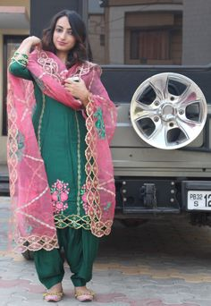 Glam up your punjabi suit looks with embroidered organza duppata : desi ft. new style – RapazaRage Punjabi Suit Boutique, Punjabi Suits Designer Boutique, Boutique Suits, Indian Designer Suits, Indian Suits, Patiala Salwar, Salwar Suits, Kurta Designs, Patiala Suit Designs