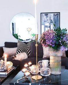 """✨Helena on Instagram: """"Godmorgon F R E D A G💃🏻✨ lite kaffe och frukost och nu dax för jobbet🙌🏻 längtar tills ikväll då sambon kommer hem igen⭐️ Önskar er en…"""" Living Room Color Combination, First Apartment, Living Room Inspiration, Room Colors, Color Themes, Living Room Decor, Art Deco, Awesome Designs, House Design"""