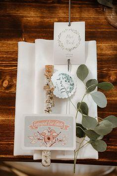 Vineyard Wedding: Eine rustikale Hochzeit auf dem Weingut | Hochzeitsblog The Little Wedding Corner Braut Make-up, Place Cards, Gift Wrapping, Place Card Holders, Gifts, Outdoor, Natural Colors, Newlyweds, Wedding Cakes